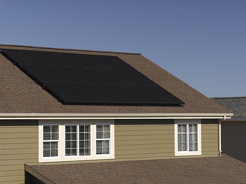 Un conjunto de paneles solares en un techo